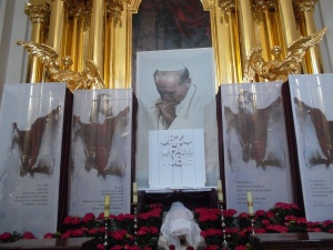 Altar para San Juan Pablo II en la iglesia de la Santa Cruz en Varsovia