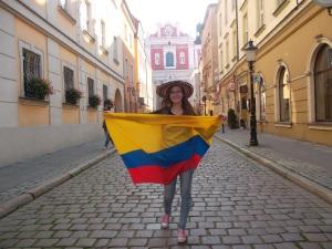 Magdalena Borowska en Poznan, Polonia, con su bandera de Colombia