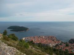 Dubrovnik abajo, y Lokrum a la izquierda
