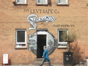Arte urbano al servicio de los negocios. Este es el de una cerrajería en la calle Whitby
