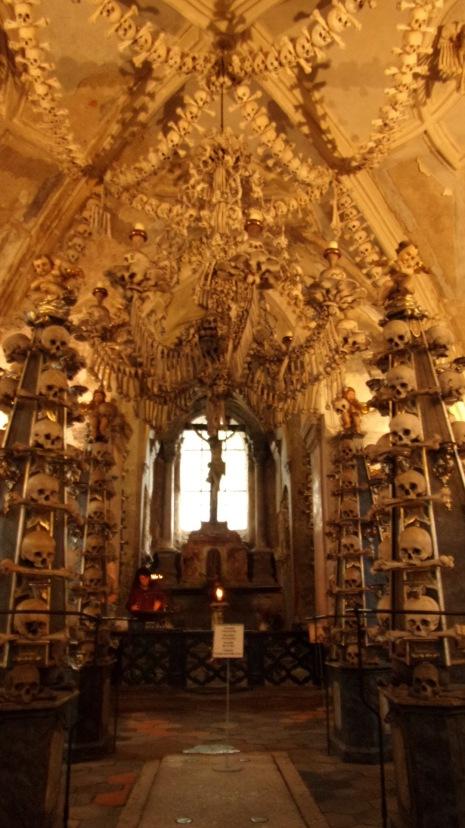 El candelabro con los 206 huesos del cuerpo humano.