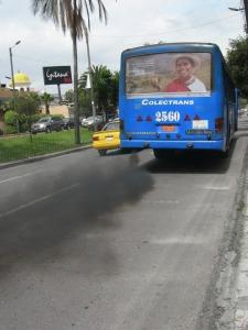 La polución causada por los buses en Quito (Ecuador) es muy similar a la de Bogotá.