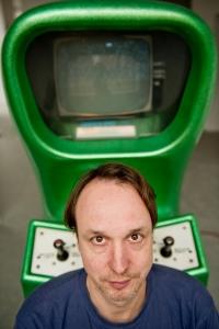 Andreas Lange, el curador y director del museo con Computer Space. Foto de Jörg Metzner