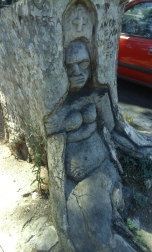"""""""La papisa"""", mujer tallada en un árbol en paseo del Tíber"""